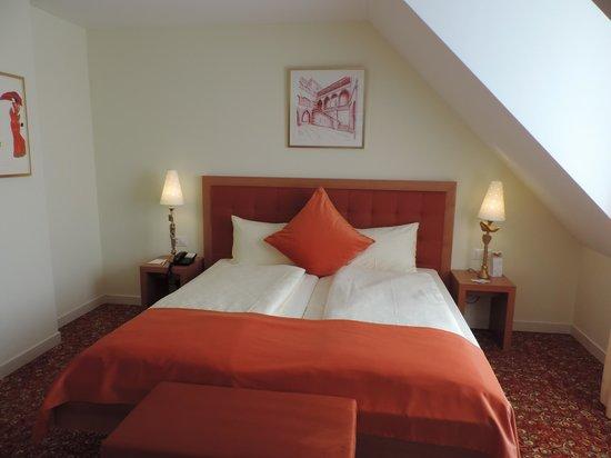 GAIA Hotel : Splendide chambre sous les toits, vaste et très propre..