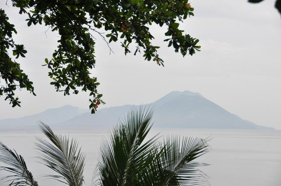 Kokopo Beach Bungalow Resort: View on the bay and volcanoes from the terrace