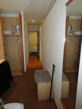 Hotel Ibis Liege Centre Opera: Le couloir de la chambre -