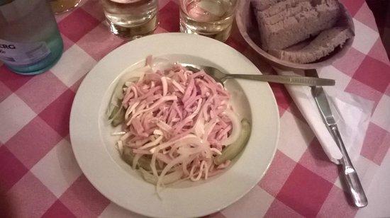 Joseph Roth Diele: insalata di wurstel, formaggio, cetrioli e cipolla