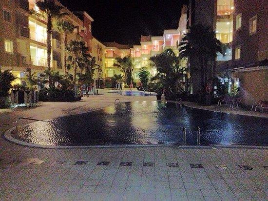 Hotel Costa Caleta: Pool at night