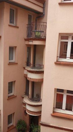 Hotel Castellane: Vue sur le patio et des chambres à balcon