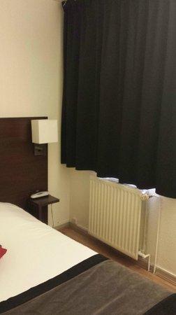 Hotel Castellane: Chambre côté fenêtre