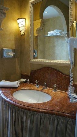 Château de Courcelles: The bathroom