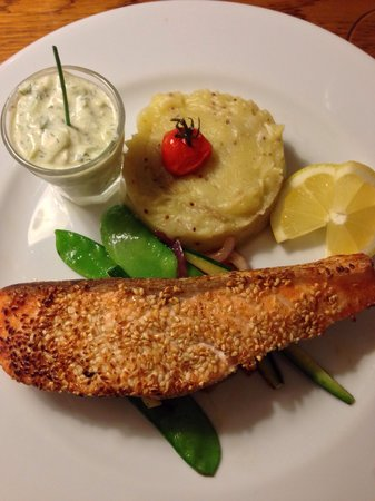 Fou de Fafa : Sesame coated salm with tzaziki sauce and mashed patatoes