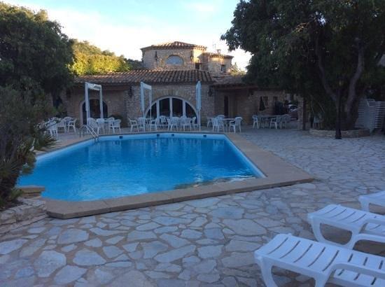 L'Enclos des Lauriers Roses : piscine principale de l'hôtel