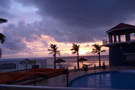 Lighthouse Bay Resort Hotel: sunset in paradise