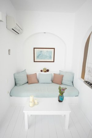 Altana Traditional Houses and Suites: Day bed