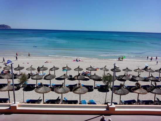 Hotel Sa Roqueta : La mer juste à 4m. Vue du balcon de la chambre