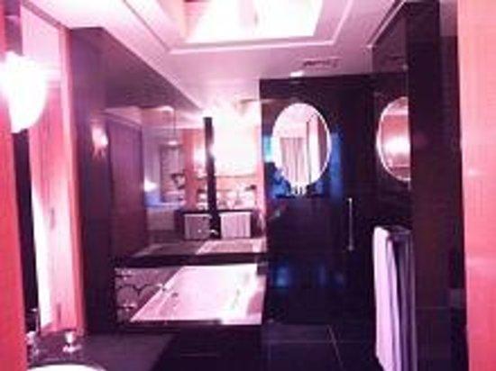 The Grand New Delhi: 広いバスルーム