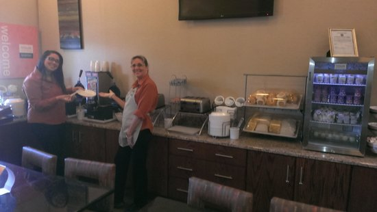 Comfort Suites Buffalo : breakfast and happy staff