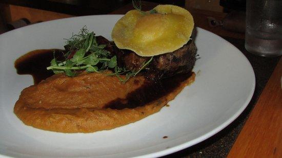 Kimel : филе-миньон с пюре из батата с каштаноми равиолли с желтком