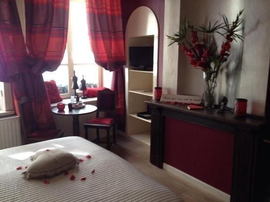 B&B Con Ampere : camera rossa, romantica,ampia,bella...