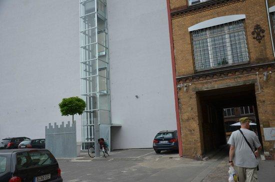 Ima Loft Apartment: слева лифт. на нем кнопка 2 этаж- рецепшен.