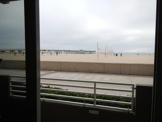Beach House Hotel Hermosa Beach: Ground floor beach front room view