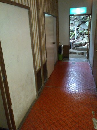 Kappa Tengoku: corridor leading to bedrooms: dirty and old