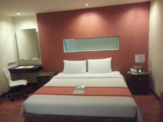 Aspen Suites Bangkok: king size bed