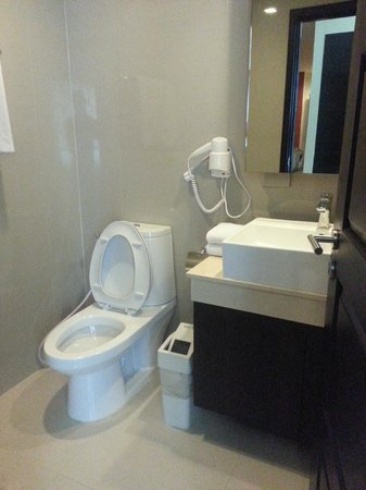 Aspen Suites Hotel Sukhumvit 2 Bangkok by Compass Hospitality: fully equip bathroom