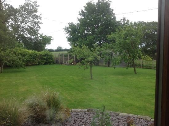 Grove Barn Cambridgeshire: garden at Grove Barn
