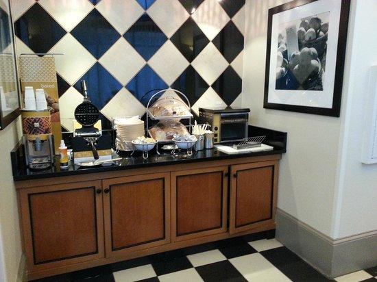Hampton Inn & Suites Atlanta - Downtown: waffel area
