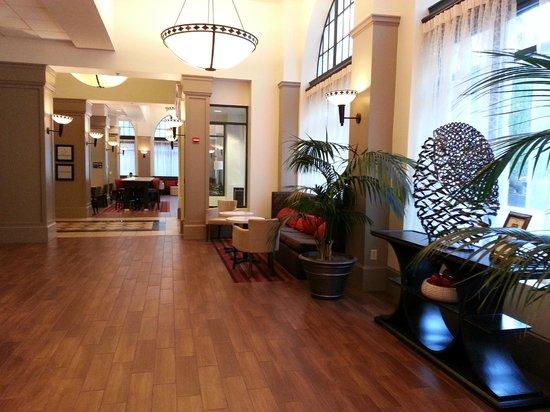 Hampton Inn & Suites Atlanta - Downtown : lobby looking toward the breakfast area