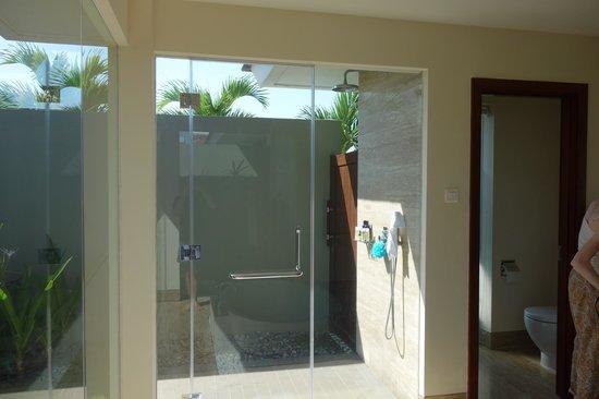 Pullman Danang Beach Resort : outdoor shower