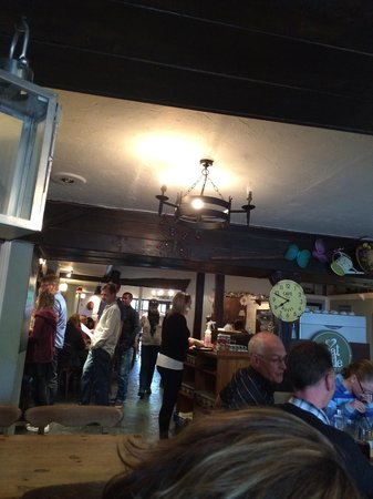 The Harbour Inn: Slow service lets this place down but the customers flood in