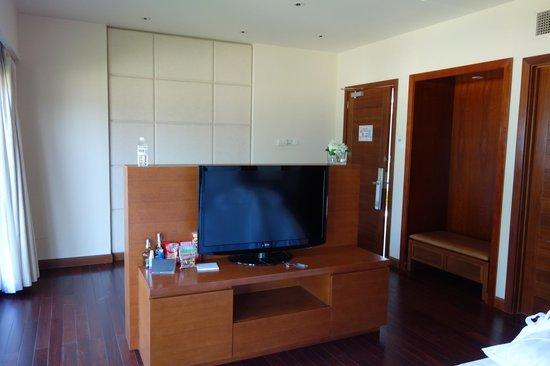 Pullman Danang Beach Resort: bedroom from bed