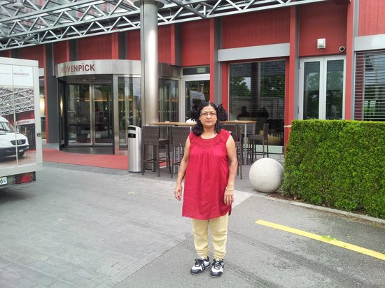 Movenpick Hotel Zurich-Airport: Mrs. uma Devendra Singhal at Enterence of Hotel