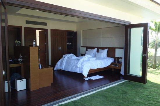 Pullman Danang Beach Resort: bedroom with doors open