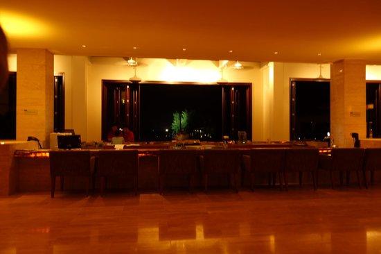 Pullman Danang Beach Resort: outside lounge