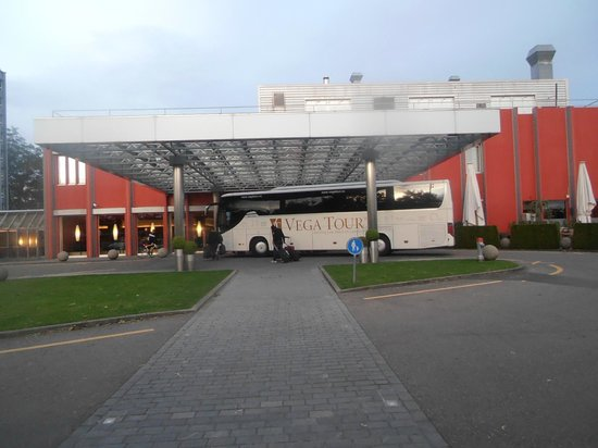Movenpick Hotel Zurich-Airport : front view of enterence of hotel