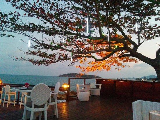 Kanda Residences: Sunset at Rock Pool Restaurant