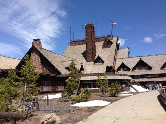 Old Faithful Inn: The back of the inn as you walk over to Old Faithful Geyser! :)