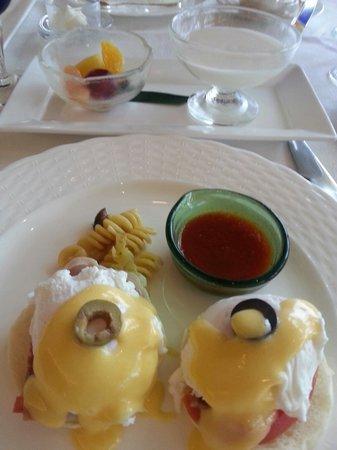 The Busena Terrace: 朝食はファヌアンでエッグベネディクト
