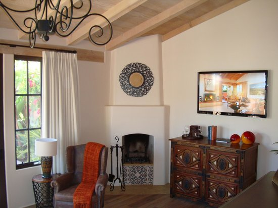 Rancho Valencia : Living room fireplace