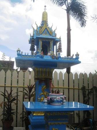 Floral Shire Resort : Spirit house outside of hotel