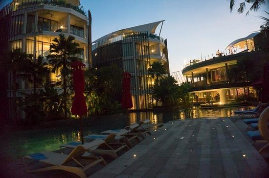 Le Meridien Bali Jimbaran : Pool Side during sunset time.