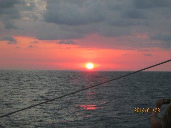Picante: beau coucher de soleil sur le catamaran