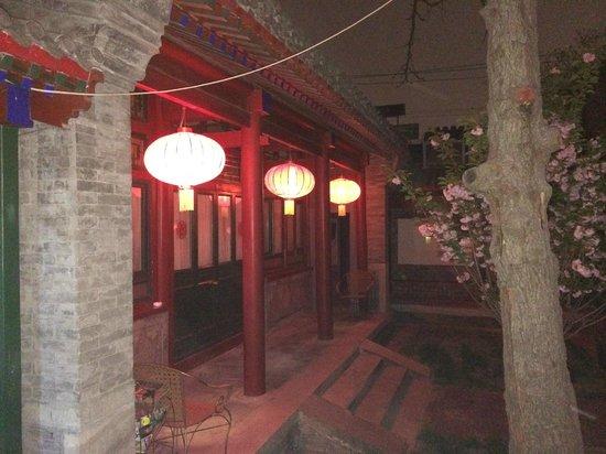 Beijing Sihe Courtyard Hotel: The interior courtyard at night