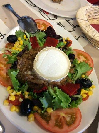 La Bodeguilla de Santa Marta : Ensalada con queso de cabra y cebolla caramelizada