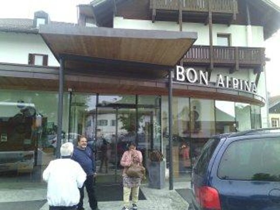 Bon Alpina: Front view of hotel