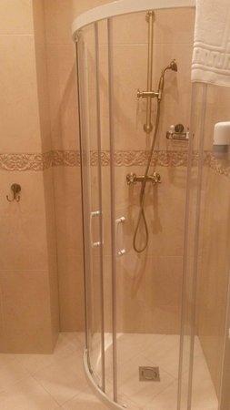 Kuznetskiy Inn Hotel: Sdb en excellent état.