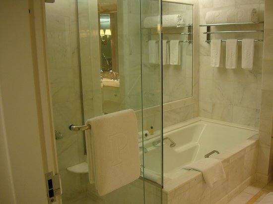 The Peninsula Beverly Hills: Bathtub and shower