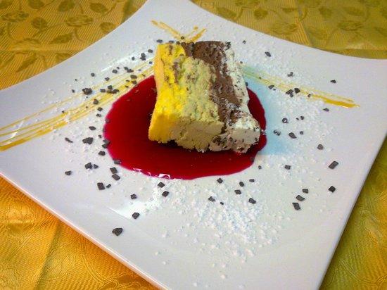 L'ANTICA HOSTARIA : cassata  di gelato e salsa  di fragole