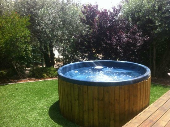 Ahuzat Hamoshava: Hot Tub for up to eight people