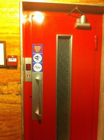 Embassy Hotel Lebanon: Vintage lift