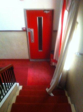 Embassy Hotel Lebanon: hall/stairs