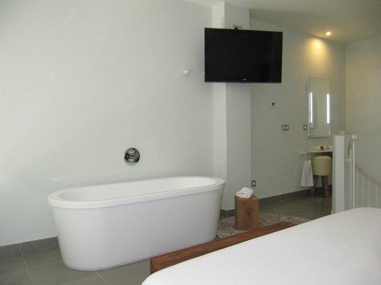 DoubleTree by Hilton Hotel Resort & Spa Reserva del Higueron: bañera a pie de la cama y tv enorme y canales de pago incluidos