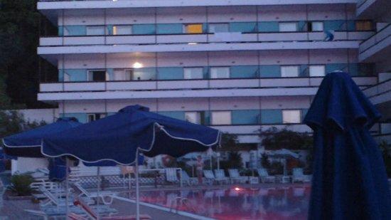 Belair Beach Hotel: отель изнутри бассейн